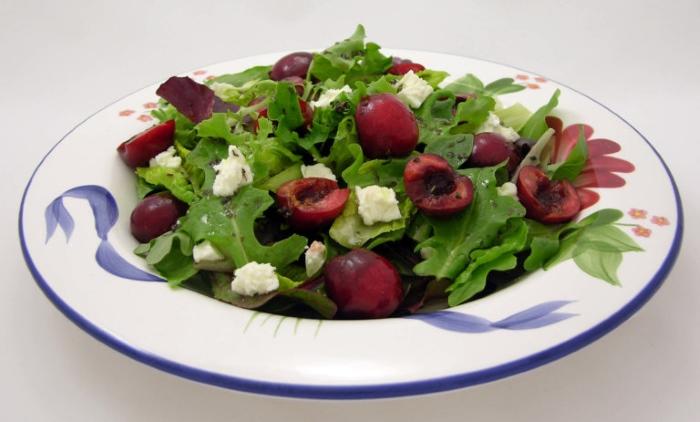 Рецепты полезных блюд из черешни - салат с зеленью и сыром